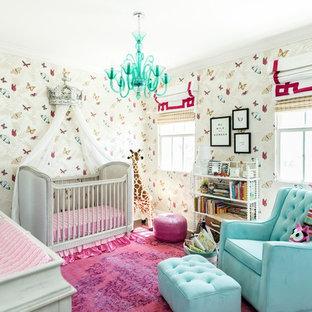 Idées déco pour une chambre de bébé fille classique avec un mur multicolore et un sol rose.
