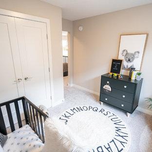 Cette image montre une chambre de bébé neutre minimaliste de taille moyenne avec un mur gris, moquette et un sol gris.