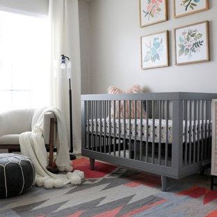 Ispirazione per una piccola cameretta per neonata minimalista con pareti grigie, moquette e pavimento grigio