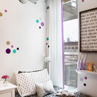 Idéer för att renovera ett mellanstort funkis babyrum, med lila väggar, heltäckningsmatta och lila golv