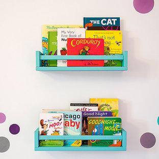 Idées déco pour une chambre de bébé fille moderne de taille moyenne avec un mur violet, moquette et un sol violet.