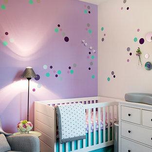 Ispirazione per una cameretta per neonata minimalista di medie dimensioni con pareti viola, moquette e pavimento viola