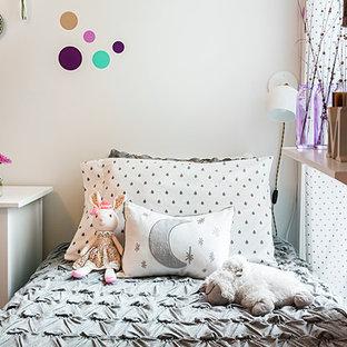 Ejemplo de habitación de bebé niña moderna, de tamaño medio, con paredes púrpuras, moqueta y suelo violeta