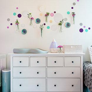 Exemple d'une chambre de bébé fille moderne de taille moyenne avec un mur violet, moquette et un sol violet.