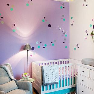 Aménagement d'une chambre de bébé fille moderne de taille moyenne avec un mur violet, moquette et un sol violet.