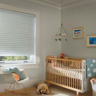 Idée de décoration pour une chambre de bébé neutre design avec un mur gris, moquette et un sol marron.
