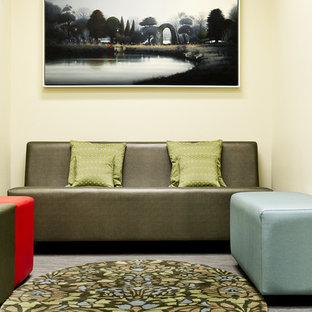 Ejemplo de habitación de bebé contemporánea con paredes beige y suelo de linóleo