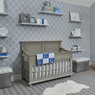 Ejemplo de habitación de bebé niño tradicional renovada, de tamaño medio, con paredes grises y moqueta