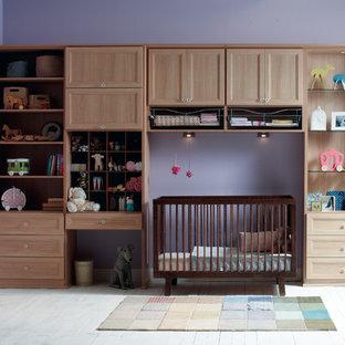 Immagine di una grande cameretta per neonata tradizionale con pareti rosse e pavimento in legno verniciato