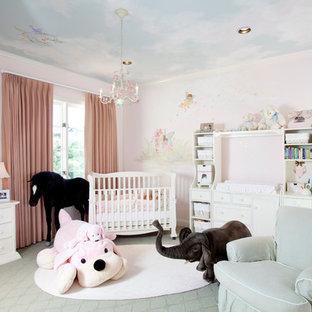 Imagen de habitación de bebé niña clásica, grande, con paredes rosas, moqueta y suelo gris