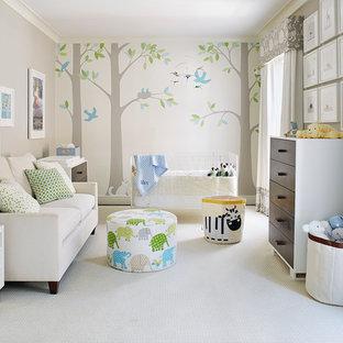 Idéer för mellanstora vintage könsneutrala babyrum, med flerfärgade väggar, heltäckningsmatta och beiget golv