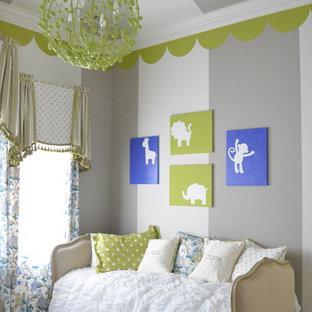 Idee per una cameretta per neonati neutra classica con pareti multicolore, moquette e pavimento grigio