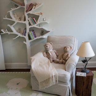 Cette image montre une chambre de bébé neutre rustique de taille moyenne avec un mur blanc et moquette.