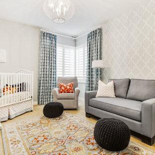 Idee per una cameretta per neonati neutra classica di medie dimensioni con pareti grigie, moquette e pavimento giallo