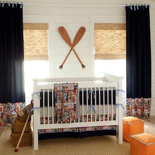 Cette image montre une chambre de bébé garçon marine avec un mur blanc.