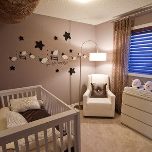 Modelo de habitación de bebé neutra tradicional, pequeña, con paredes marrones y moqueta