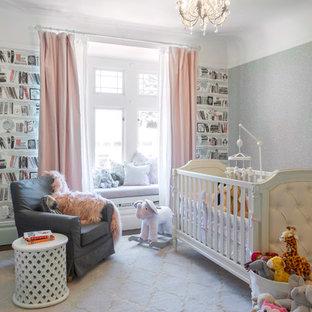 Ejemplo de habitación de bebé niña clásica renovada con paredes multicolor, moqueta y suelo gris