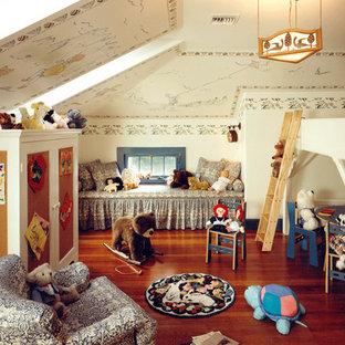 Inspiration pour une grand chambre de bébé neutre craftsman avec un mur multicolore et un sol en bois foncé.