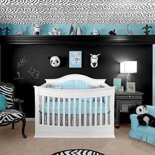 Ejemplo de habitación de bebé neutra clásica renovada, de tamaño medio, con paredes negras y moqueta