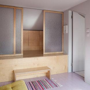 Idee per una piccola cameretta per neonati neutra contemporanea con pareti grigie, pavimento in legno verniciato, pavimento rosa e pannellatura