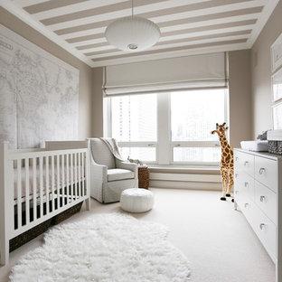 シカゴ, ILの広いコンテンポラリースタイルのおしゃれな赤ちゃん部屋 (ベージュの壁、カーペット敷き、白い床) の写真