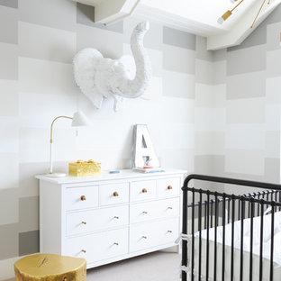 Foto de habitación de bebé contemporánea, de tamaño medio, con paredes multicolor, moqueta y suelo blanco