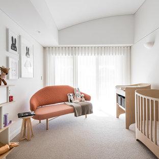 Modelo de habitación de bebé niña retro con paredes blancas, moqueta y suelo blanco