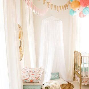 Exemple d'une chambre de bébé fille romantique de taille moyenne avec un mur blanc et un sol en bois peint.