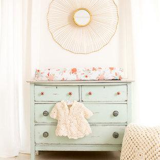 Immagine di una cameretta per neonata shabby-chic style di medie dimensioni con pareti bianche e pavimento in legno verniciato