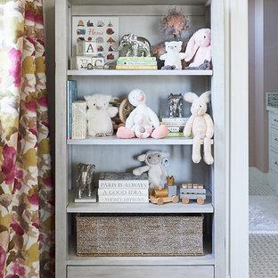 Diseño de habitación de bebé niña clásica renovada, grande, con paredes multicolor y suelo de madera clara
