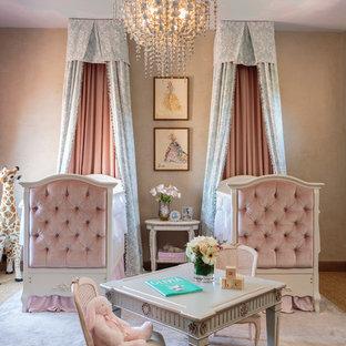Immagine di una cameretta per neonata classica con pareti beige e moquette