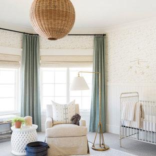 Aménagement d'une grand chambre de bébé fille bord de mer avec moquette et un sol gris.