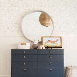 Imagen de habitación de bebé niña costera con moqueta y suelo gris