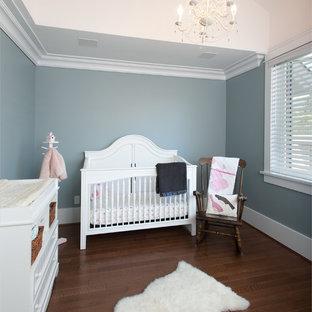 Diseño de habitación de bebé neutra de estilo americano, de tamaño medio, con paredes grises y suelo de madera en tonos medios
