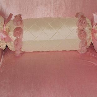 Foto de habitación de bebé niña tradicional, de tamaño medio, con paredes rosas y moqueta