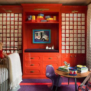 Modelo de habitación de bebé neutra actual, de tamaño medio, con paredes rojas y moqueta