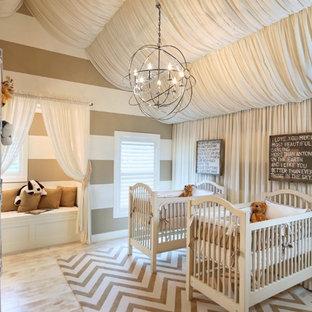 Ispirazione per una cameretta per neonati neutra tradizionale con pareti marroni, parquet chiaro e pavimento beige