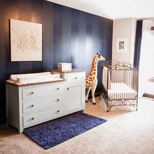 Diseño de habitación de bebé niño clásica con paredes azules y moqueta