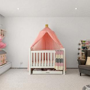 Ejemplo de habitación de bebé niña tradicional renovada, de tamaño medio, con paredes blancas, moqueta y suelo blanco