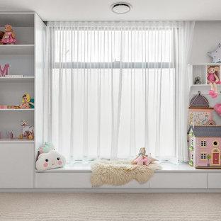 Ejemplo de habitación de bebé niña contemporánea, de tamaño medio, con paredes blancas, moqueta y suelo blanco