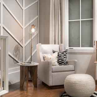 Aménagement d'une chambre de bébé neutre rétro de taille moyenne avec un mur gris, un sol en bois brun et un sol marron.