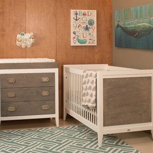 Cette photo montre une petit chambre de bébé neutre tendance avec un mur marron et un sol en linoléum.
