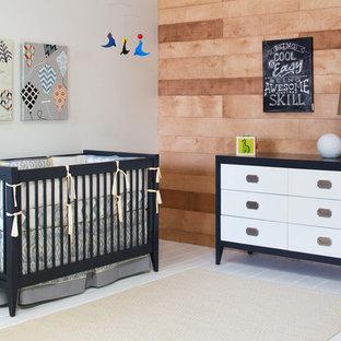 Modelo de habitación de bebé niño moderna, de tamaño medio, con paredes grises y suelo vinílico