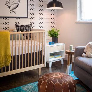Cette image montre une petit chambre de bébé vintage.