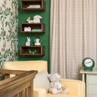 Ispirazione per una cameretta per neonati neutra contemporanea di medie dimensioni con pareti verdi, parquet scuro e pavimento marrone