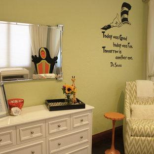 Esempio di una cameretta per neonati neutra con pareti verdi