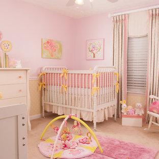 Idee per una cameretta per neonata classica di medie dimensioni con pareti rosa, moquette e pavimento rosa