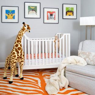 Cette image montre une chambre de bébé neutre traditionnelle avec un mur gris et un sol orange.