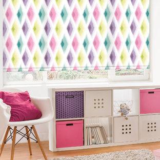 Diseño de habitación de bebé niña de estilo americano, de tamaño medio, con paredes blancas y suelo de madera clara