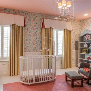 Foto di una cameretta per neonata chic con pareti multicolore, pavimento in legno verniciato e pavimento rosa